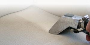 Cómo limpiar la tapicería de un sofá